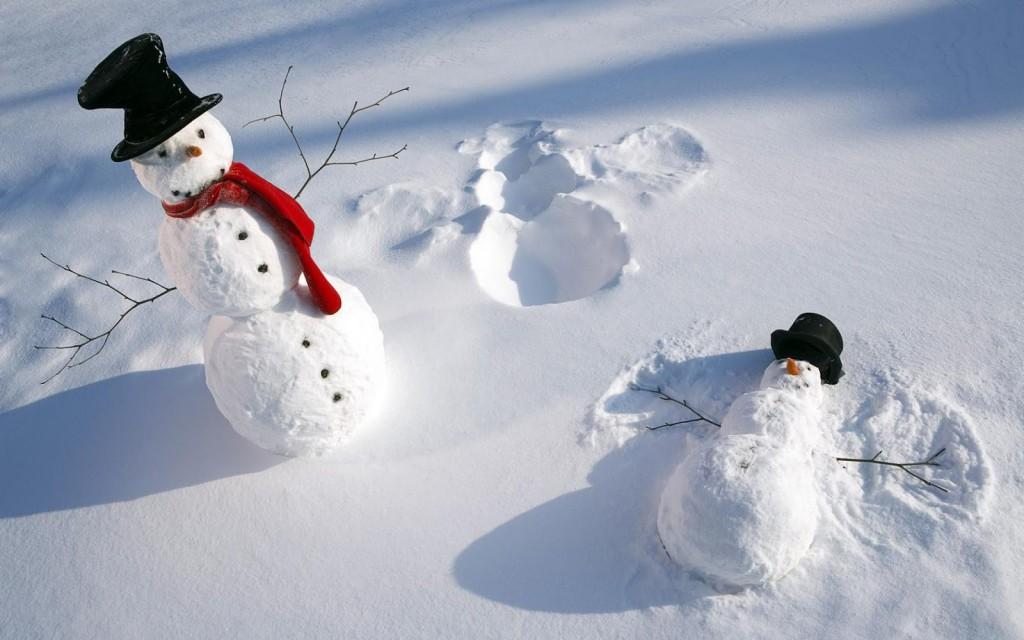 foto-van-twee-sneeuwpoppen-in-de-sneeuw-hd-winter-achtergrond